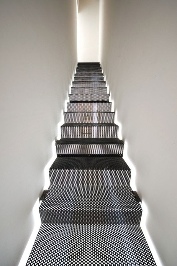 moderne trap met indirecte verlichting