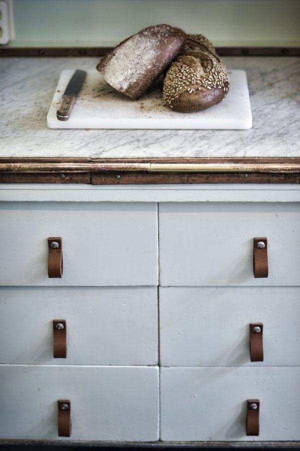 oude keuken met leren handvaten