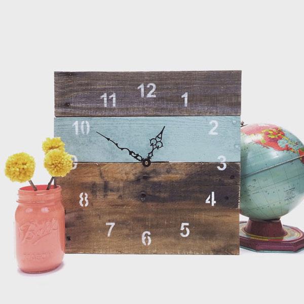 houten klok gemaakt van paletten