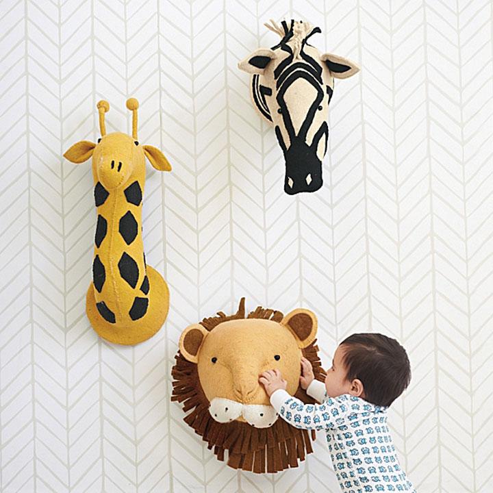 pluchen dierenhoofden voor tegen de muur