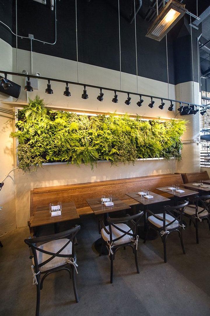 restaurant met een verticale tuin