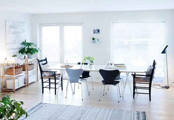 lichte eetkamer met verschillende stoelen