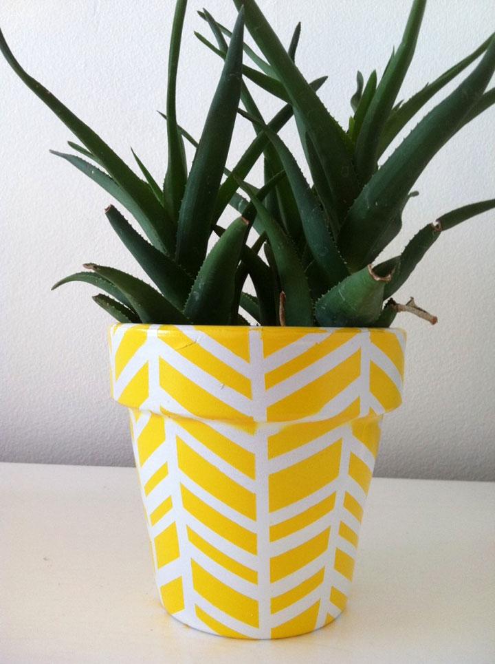 bloempot met geel visgraat patroon