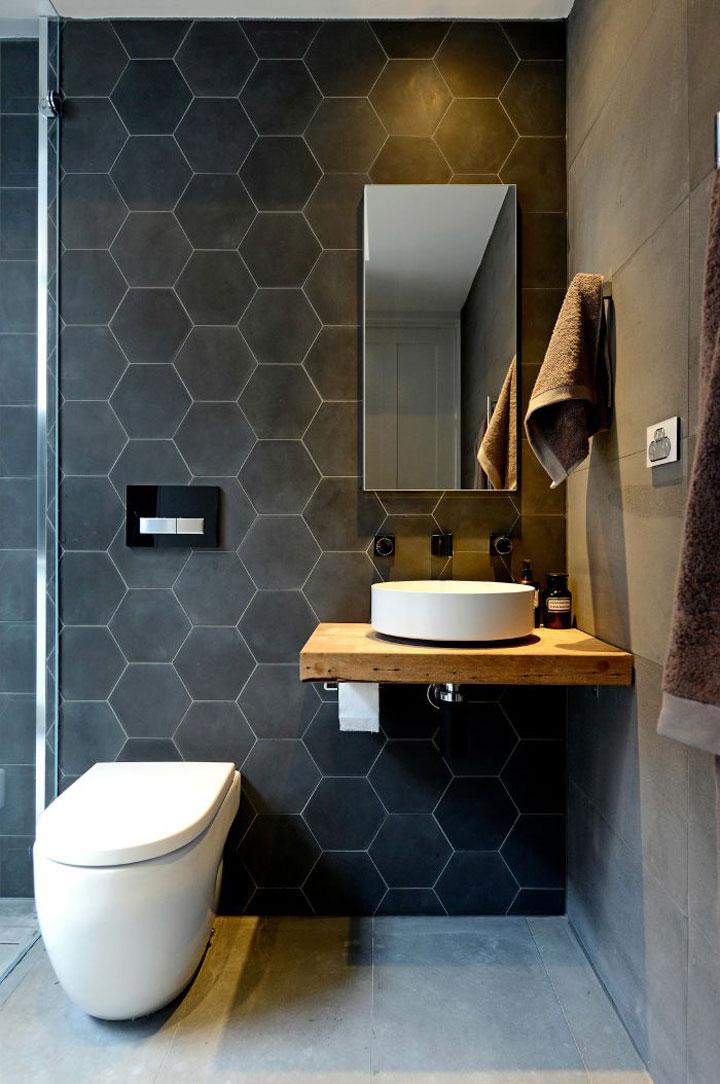 zwarte honingraat tegels in de badkamer
