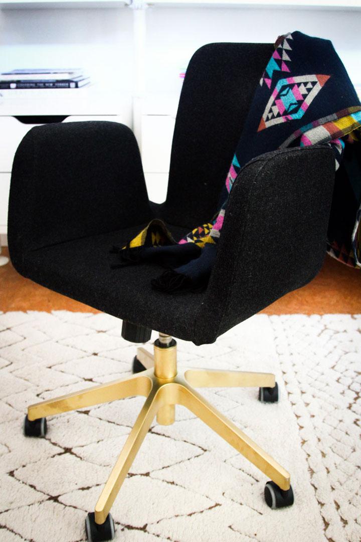 bureaustoel met gekleurd onderstel