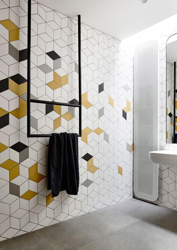 gekleurde vakken tegels in badkamer