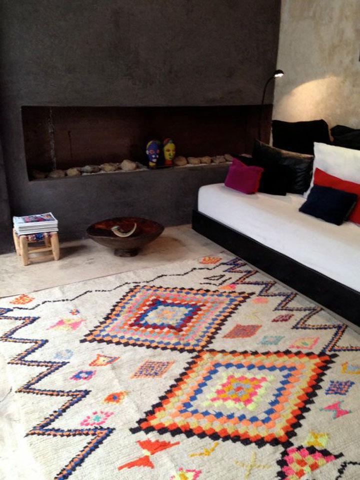 kleurrijk tapijt in de woonkamer bij een open haard