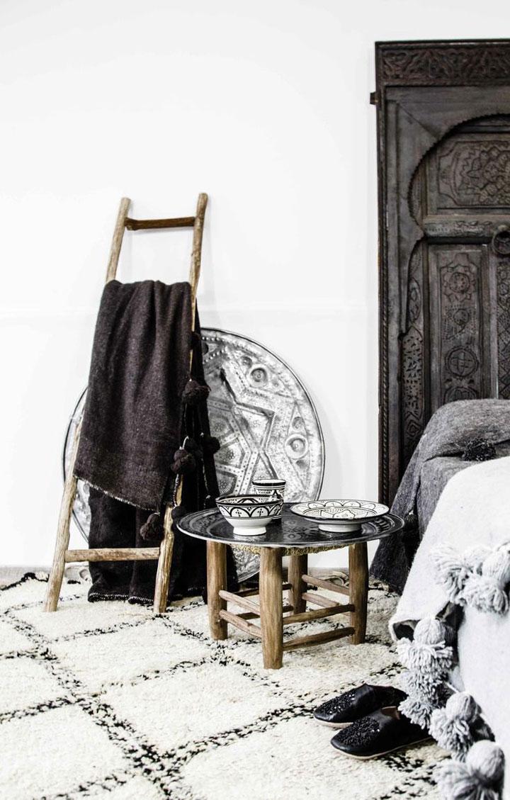 zwart wit tapijt in de slaapkamer naast het bed