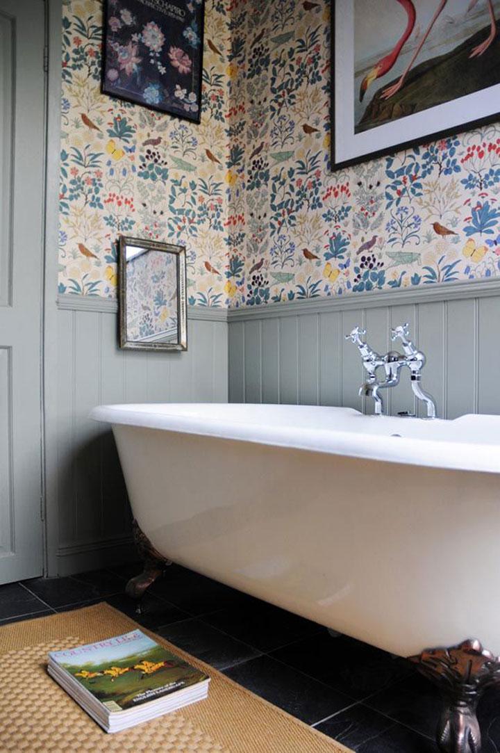 retro behangpapier boven de badkuip