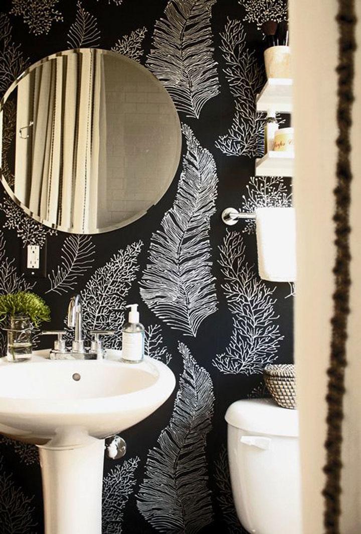 witte badkamermeubelen met zwart behangpapier