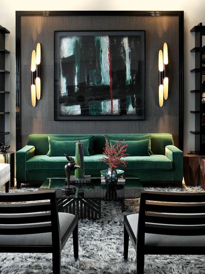 donkere woonkamer met lichte meubelen