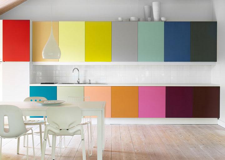 keuken met gekleurde kastjes