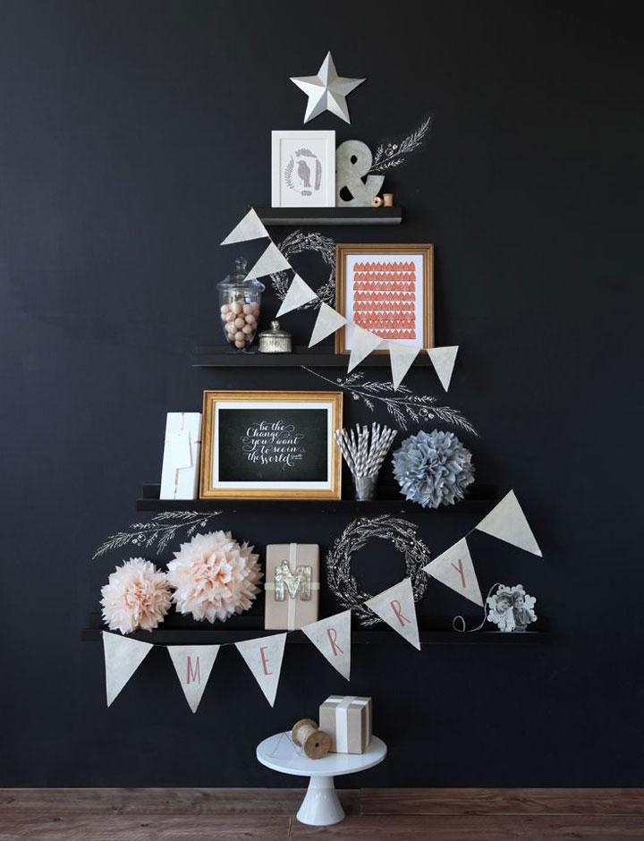 moderne kerstboom met planken en decoratie