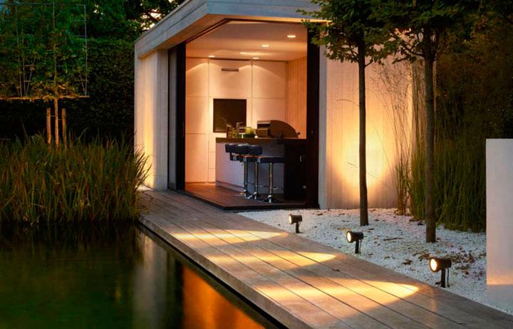 deltalight spots op paal aan zwembad