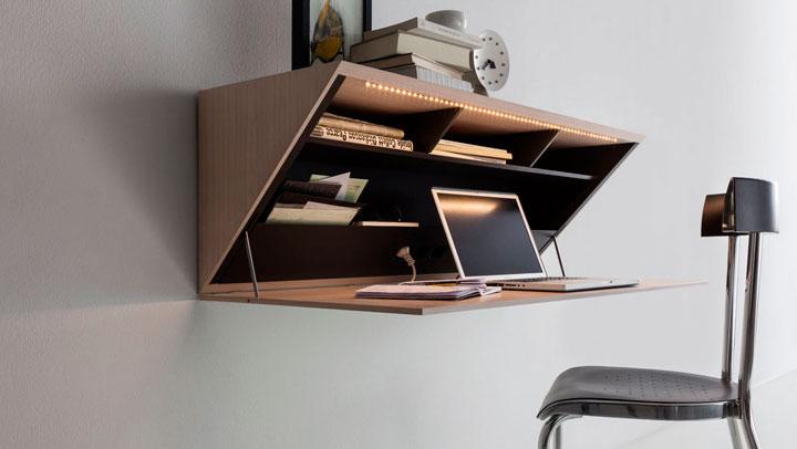 bureau tegen de muur hangen