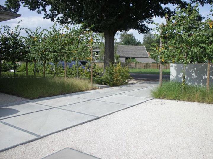 oprit met grote betonnen platen
