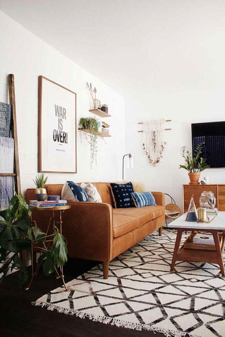 woonkamer met lederen sofa en planten