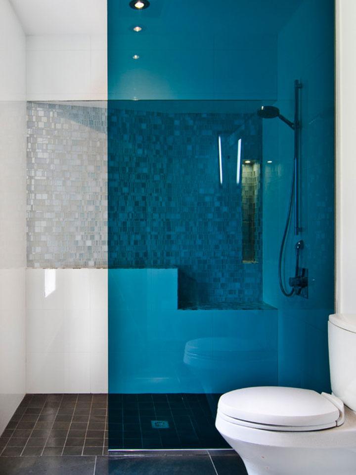 blauwe douchewand van gekleurd glas