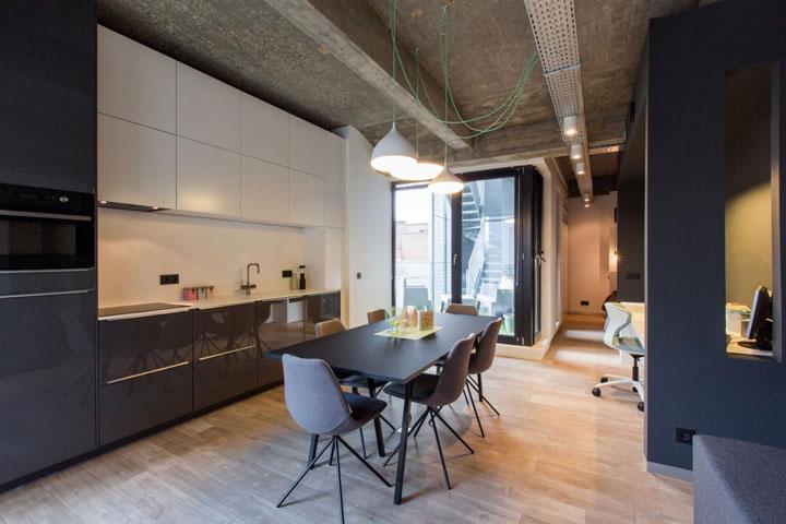 moderne loft met zwarte keuken