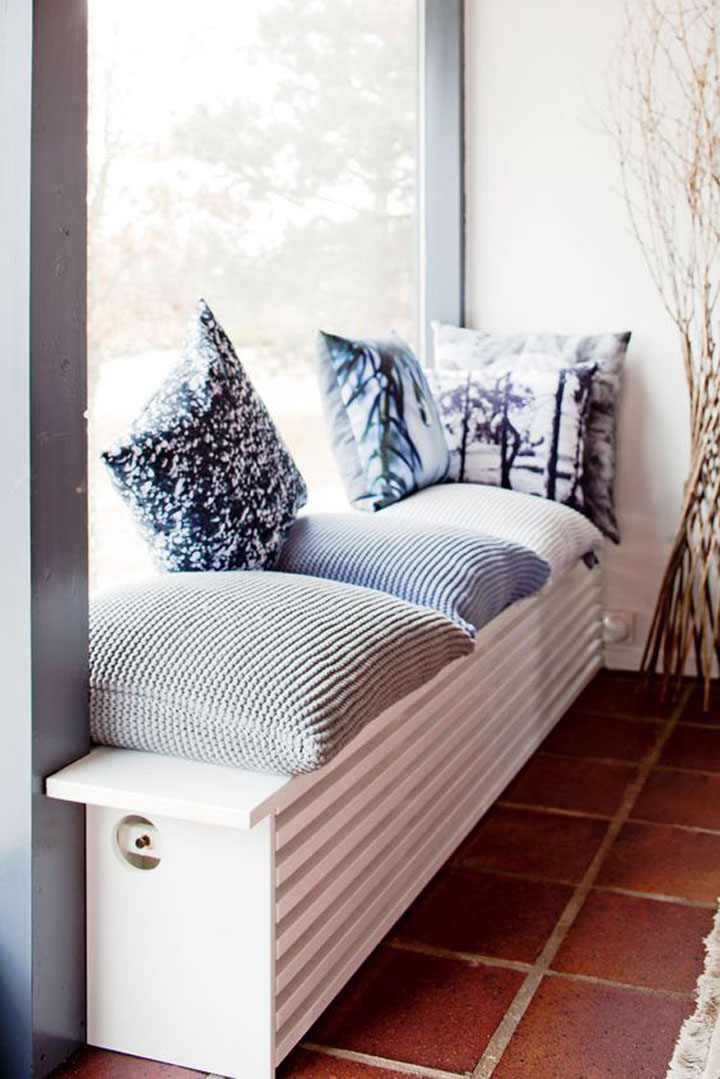 radiator vensterbank met omkasting en kussens