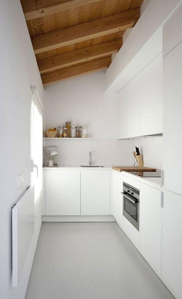 smalle keuken met hoge plafonds