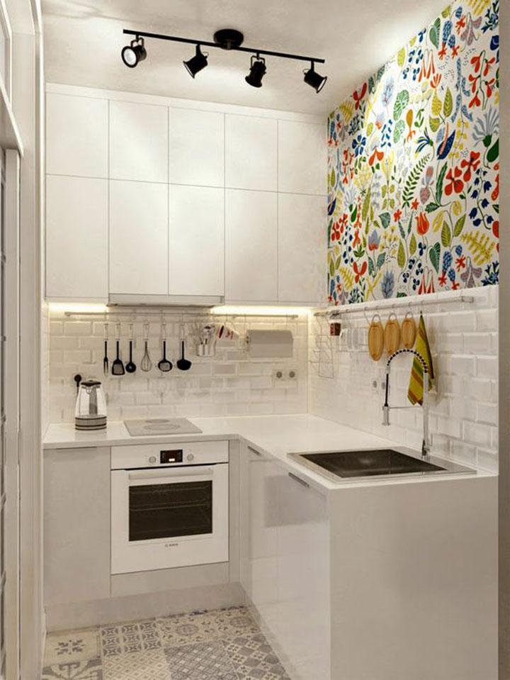 kleine keuken met speels behangpapier met patronen