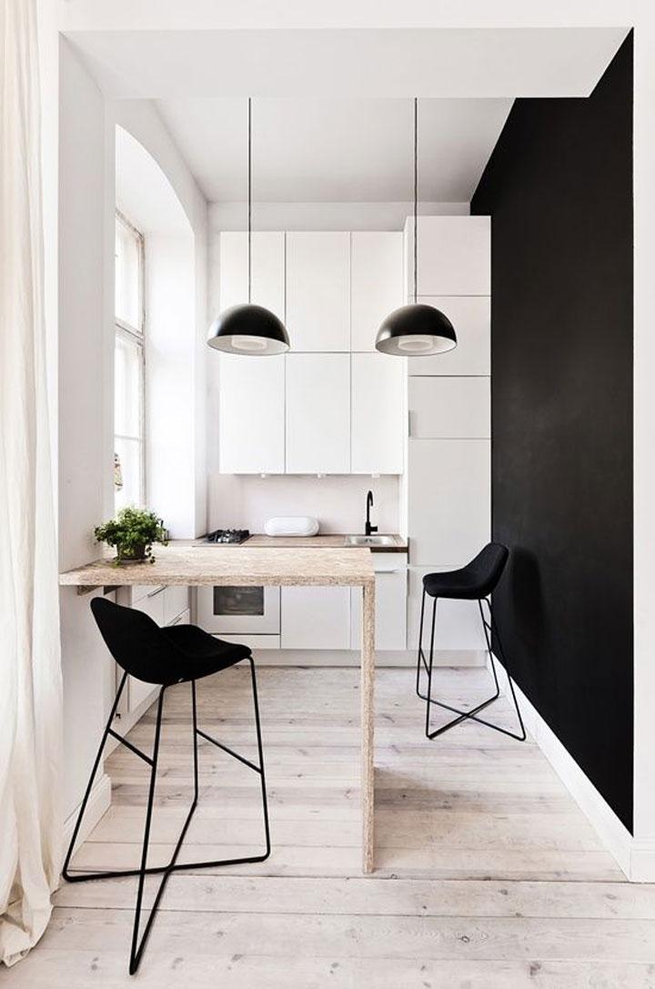 compacte keuken met zwart wit kleuren