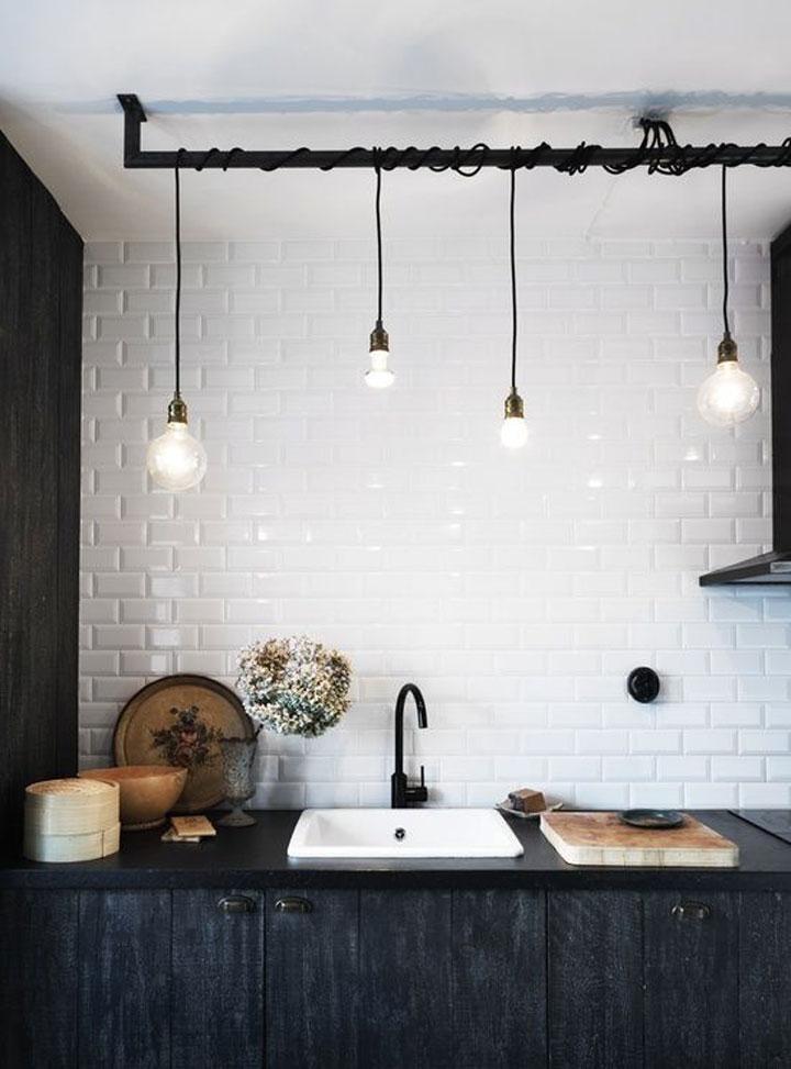 scandinavische keuken met hanglampen boven de spoelbak