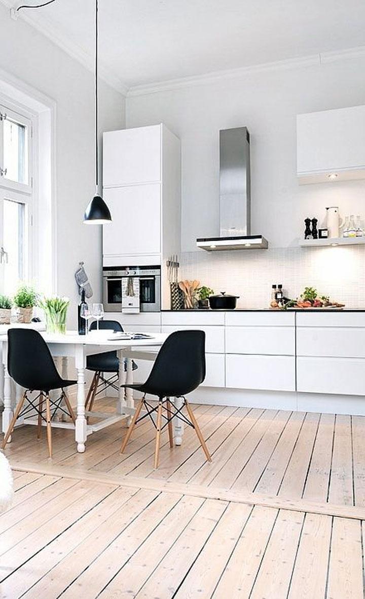 witte keuken met hoge plafonds