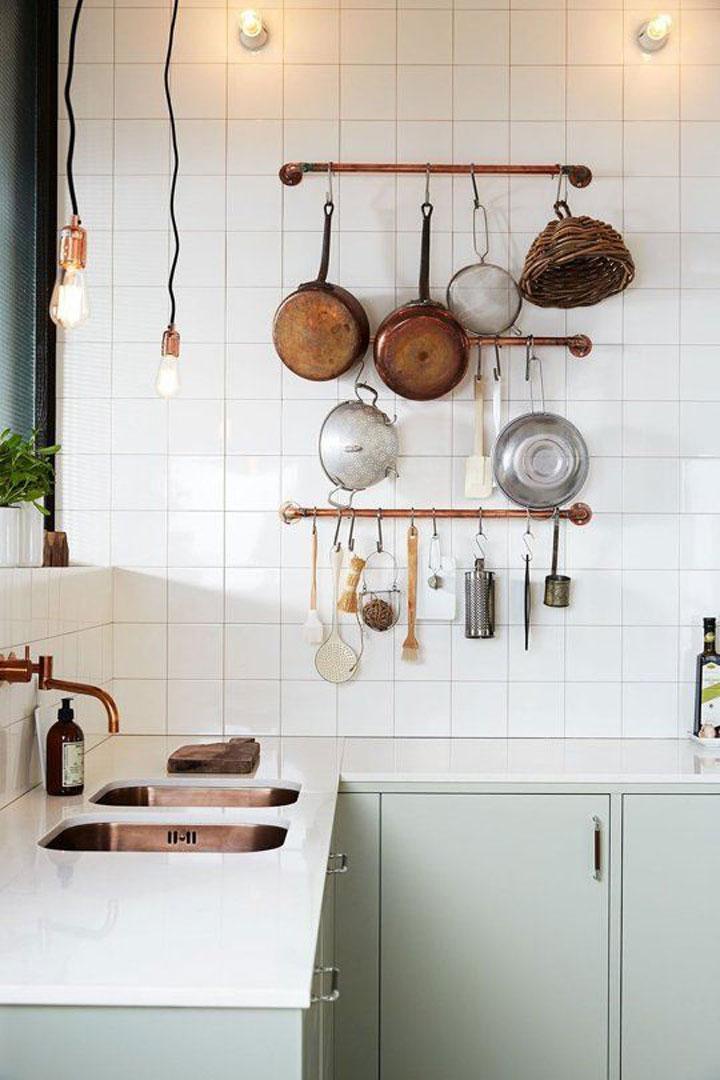 potten en pannen tegen de muur van een keuken