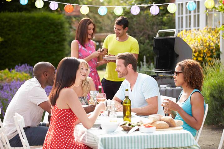 feest in de tuin met barbecue