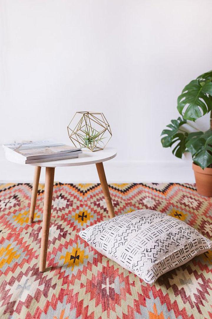 felgekleurd tapijt
