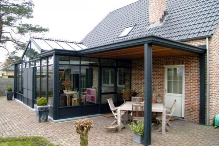 klassieke veranda met een schuin dak en terrasoverkapping