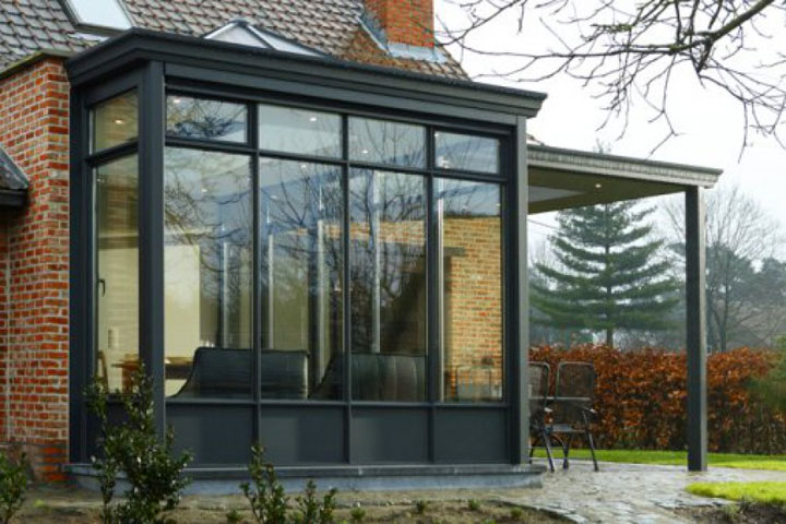 donkere veranda met bijhorende pergola