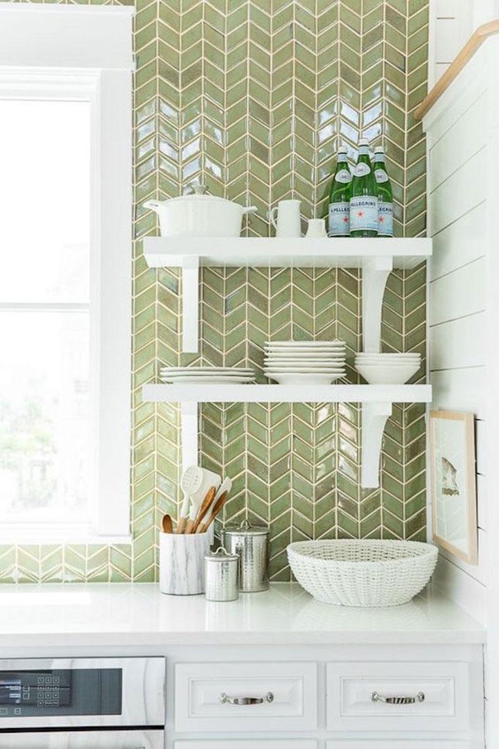 olijfgroene tegels als spatwand in de keuken