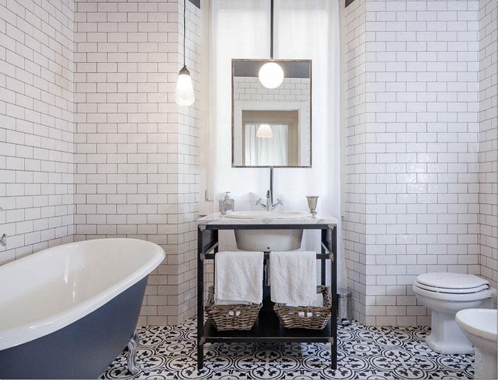 cementtegel op de vloer in de badkamer