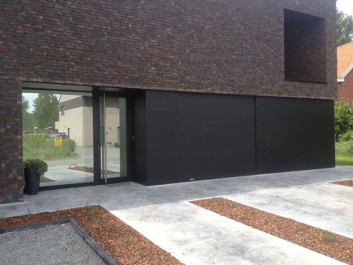 sectionaalpoort met aluminium panelen
