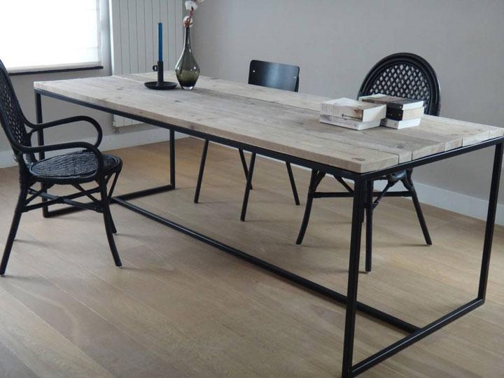 strakke tafel met houten blad en stalen poten