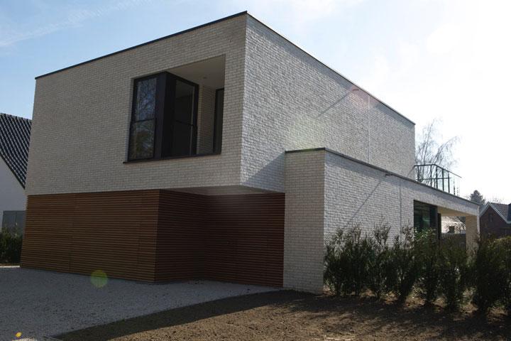 moderne woning met plat dak en lichte gevelsteen