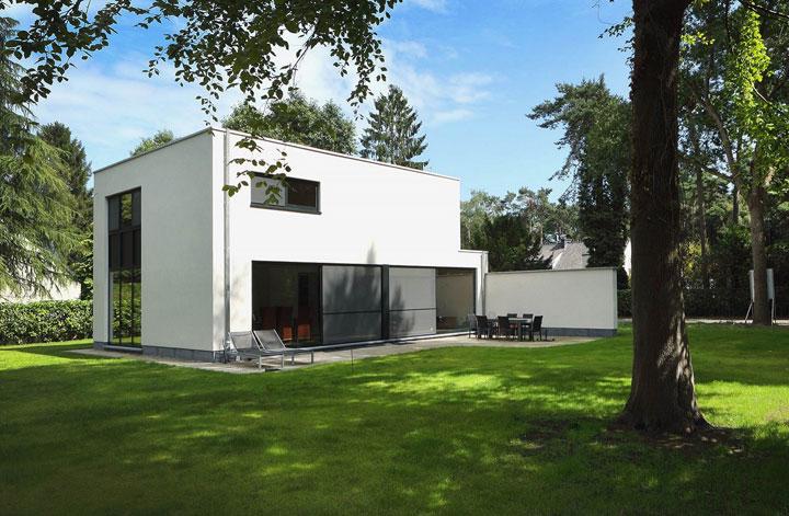 kubus woning met witte crepi en plat dak