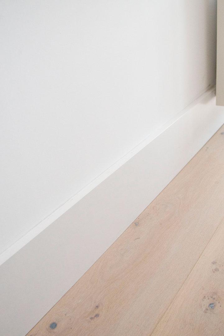 witte plinten en witte muur