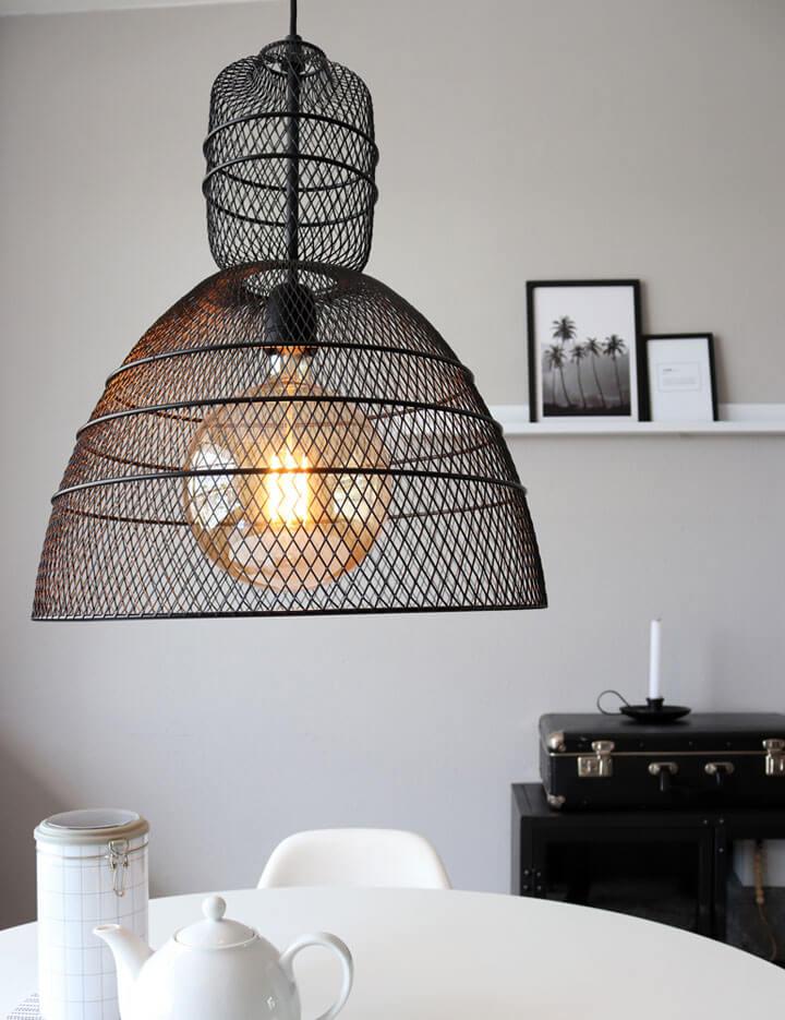 zwarte draadlamp boven eettafel