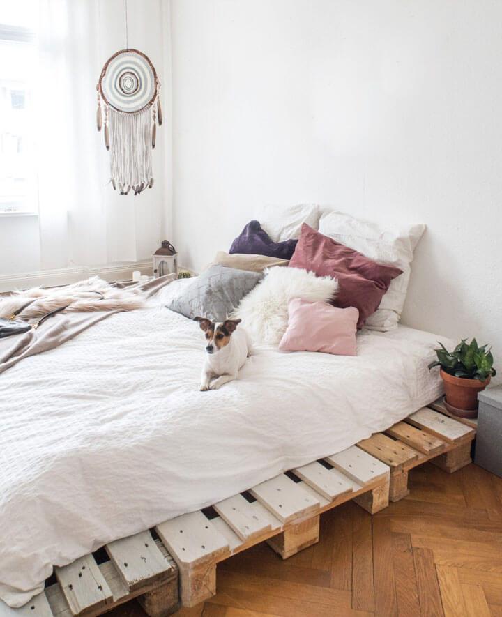 bed op houten paletten