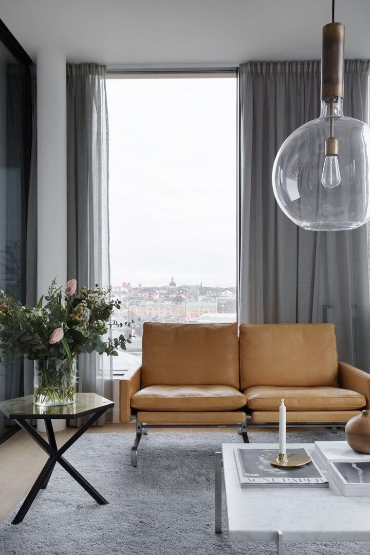 woonkamer donkere gordijnen bruine sofa