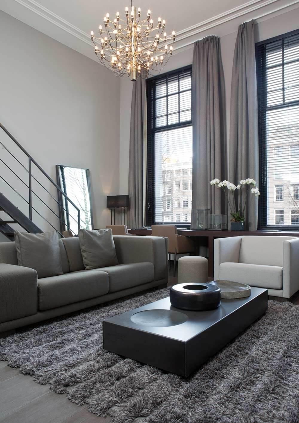 kamershoge gordijnen in de living hoog plafond