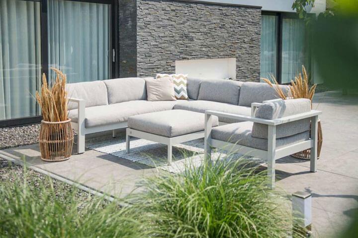 moderne loungeset in aluminium met grijze kussens