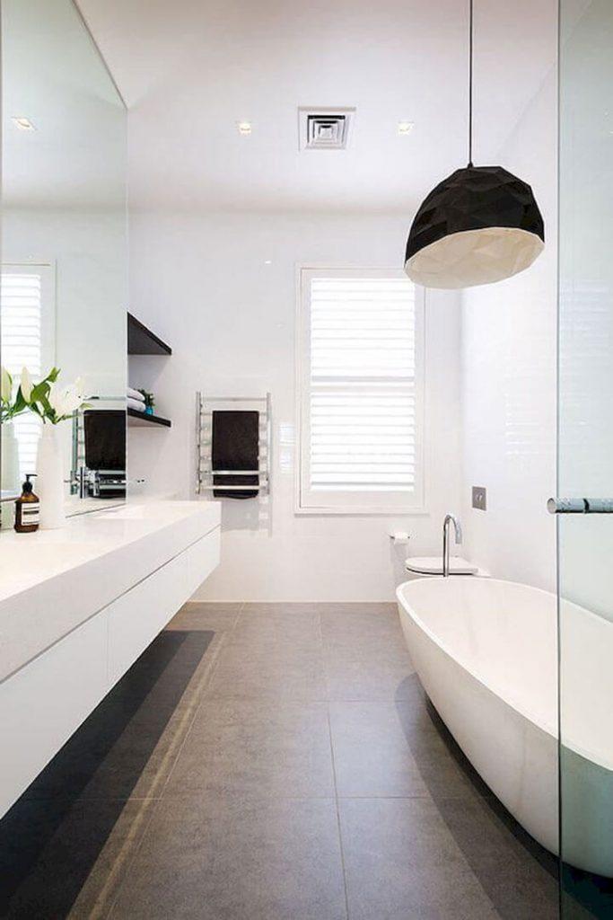 moderne badkamer met ventilatierooster in plafond