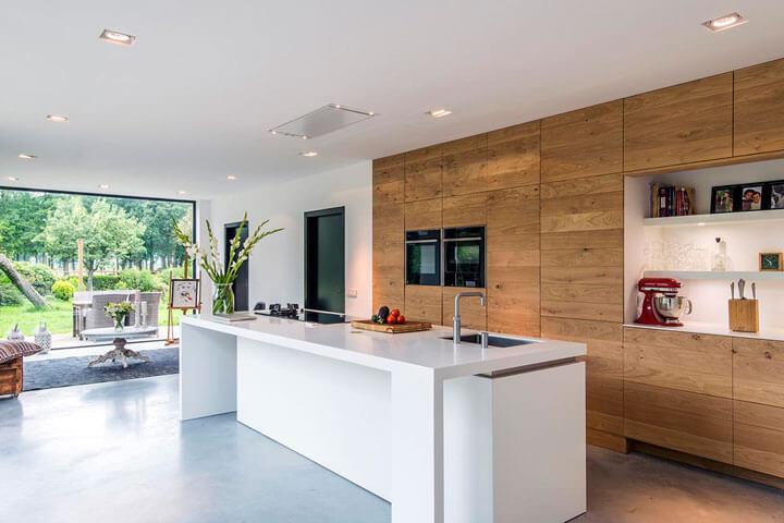 moderne keuken met houten kastenwand