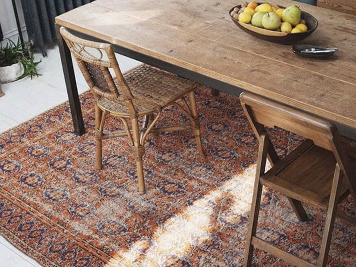 vintage vloerkleed onder eettafel