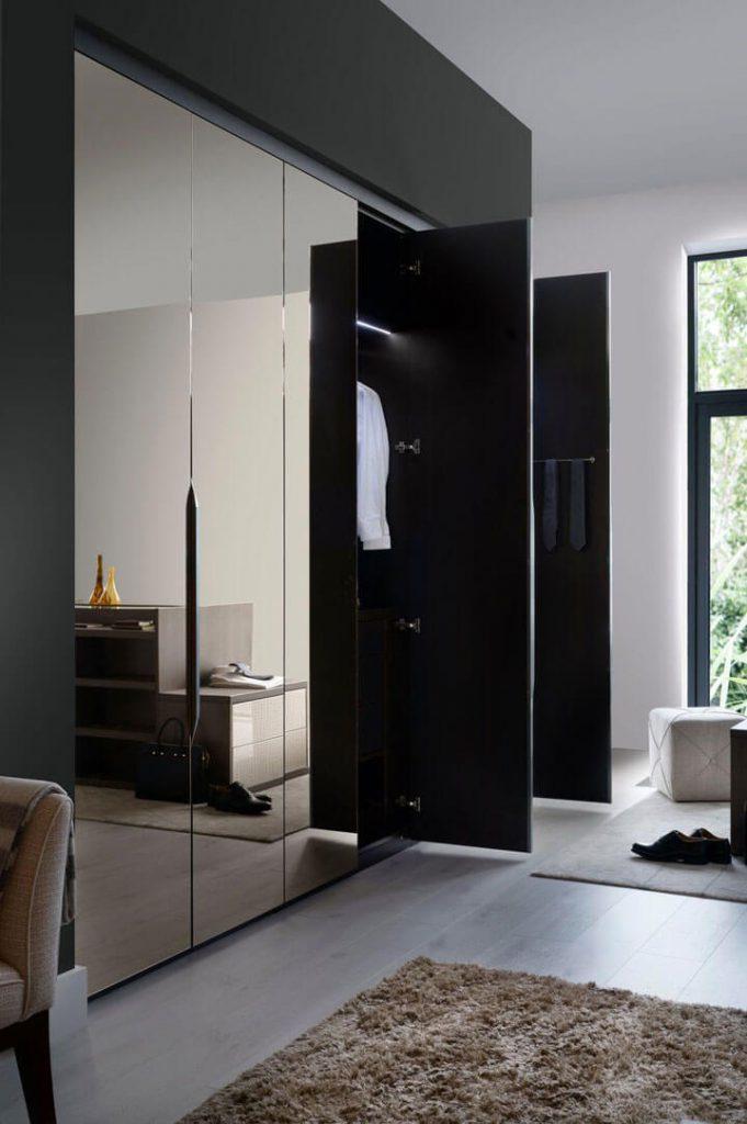 zwarte kleerkast met spiegels